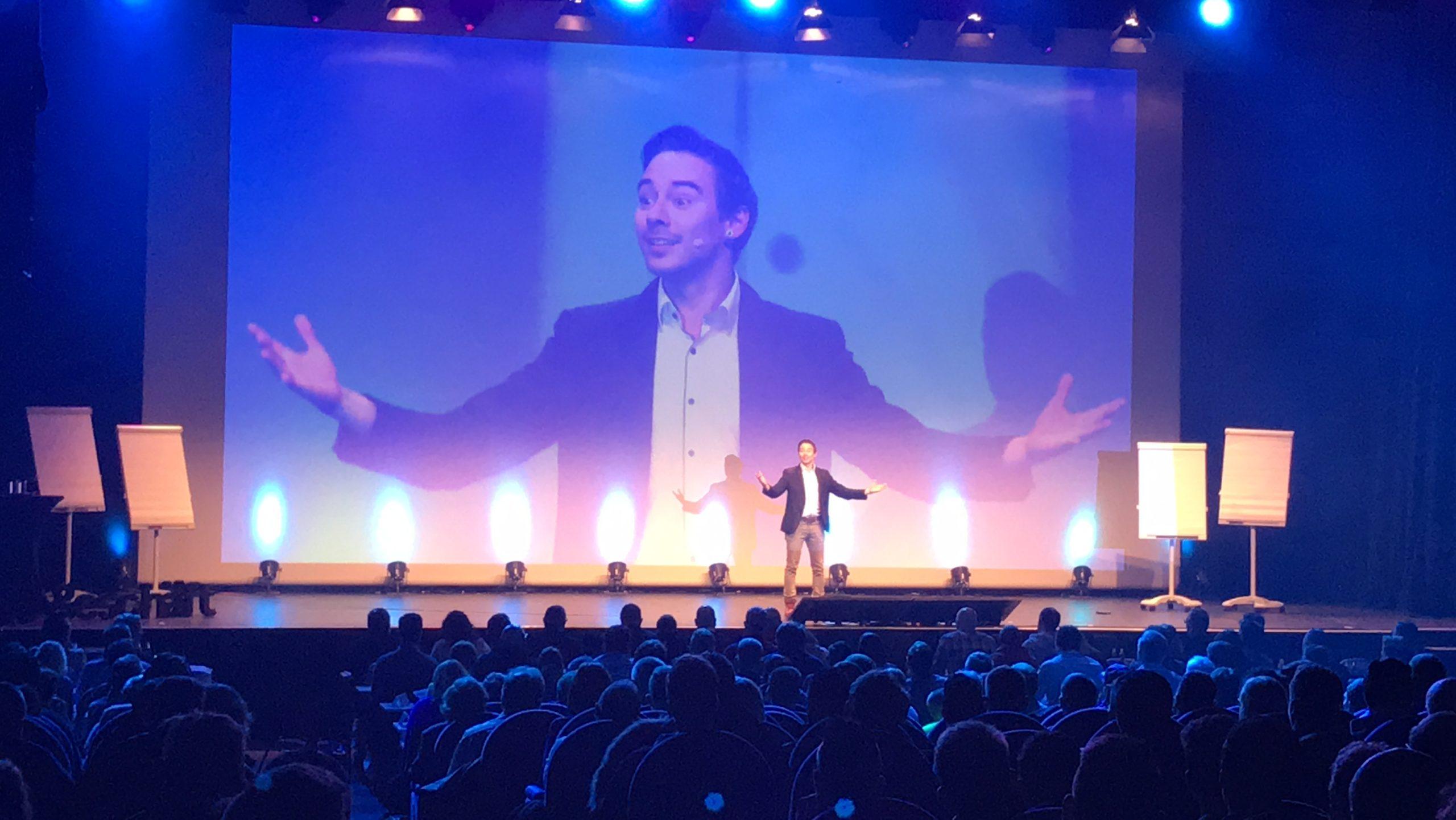 Dan Berlin auf der Bühne Keynote Speaker und Magier